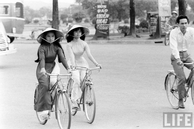Thiếu nữ áo dài Huế xưa trên xe đạp - 12