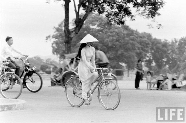Thiếu nữ áo dài Huế xưa trên xe đạp - 15