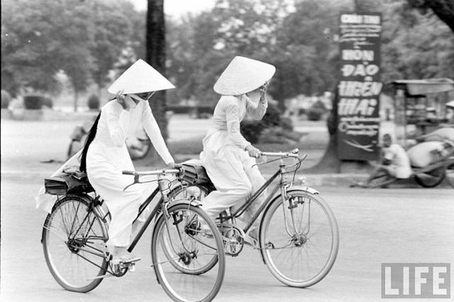 Thiếu nữ áo dài Huế xưa trên xe đạp - 8