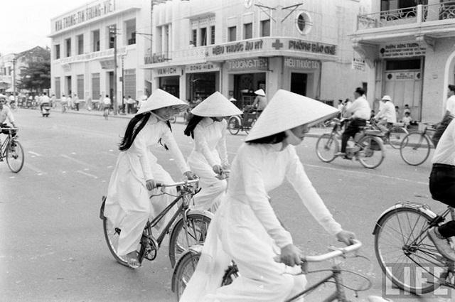 Thiếu nữ áo dài Huế xưa trên xe đạp - 14