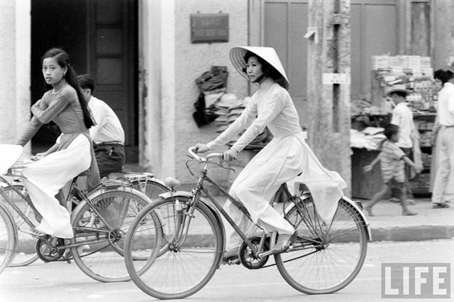 Thiếu nữ áo dài Huế xưa trên xe đạp - 11