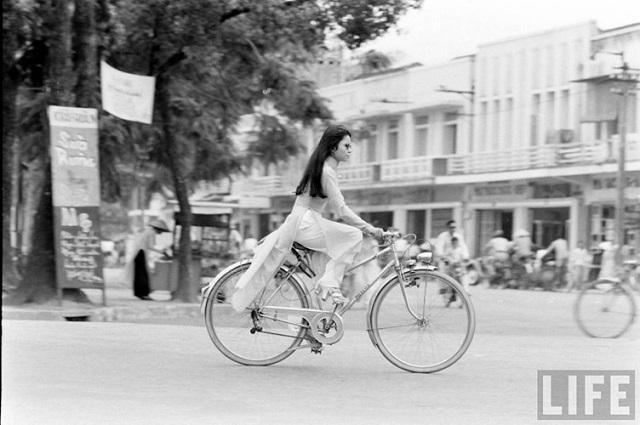 Thiếu nữ áo dài Huế xưa trên xe đạp - 10