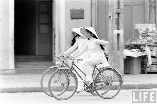 Thiếu nữ áo dài Huế xưa trên xe đạp - 7