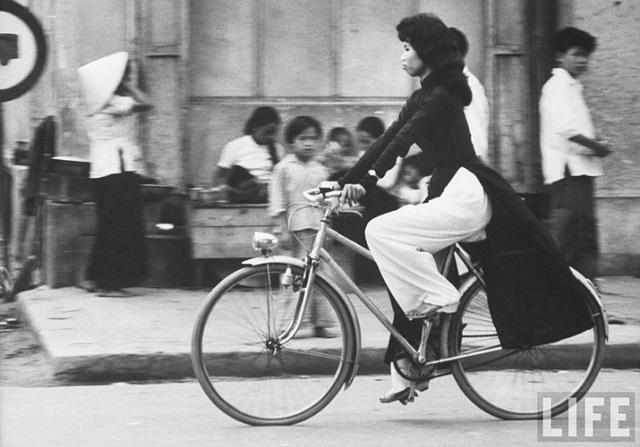 Thiếu nữ áo dài Huế xưa trên xe đạp - 9