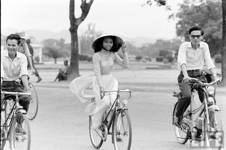 Thiếu nữ áo dài Huế xưa trên xe đạp - 1