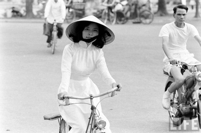 Thiếu nữ áo dài Huế xưa trên xe đạp - 4