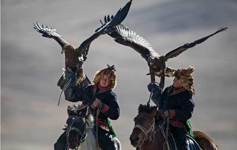 Vẻ đẹp dũng mãnh của các thiếu nữ săn đại bàng Mông Cổ - 5