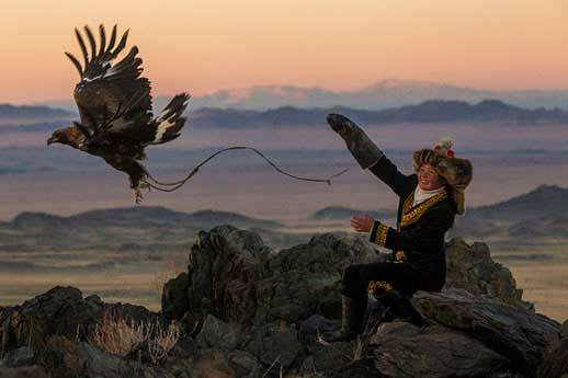 Vẻ đẹp dũng mãnh của các thiếu nữ săn đại bàng Mông Cổ - 8