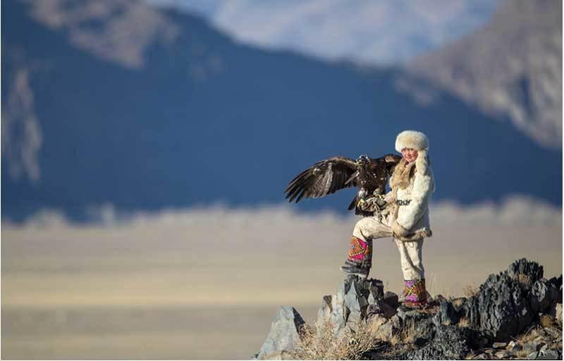 Vẻ đẹp dũng mãnh của các thiếu nữ săn đại bàng Mông Cổ - 1