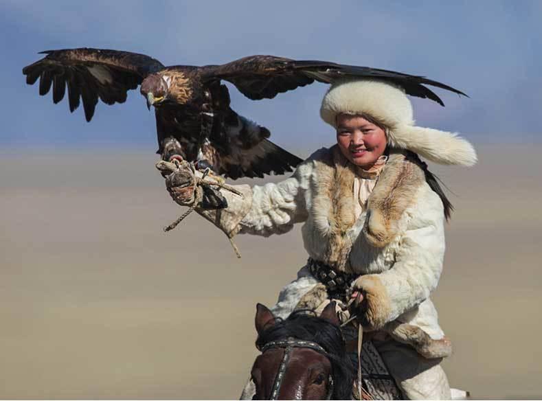 Vẻ đẹp dũng mãnh của các thiếu nữ săn đại bàng Mông Cổ - 2