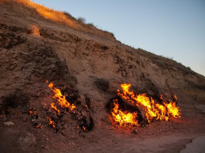 """Ngọn lửa được mệnh danh là """"địa ngục"""": Cháy được 4000 năm và không hề có dấu hiệu sẽ ngừng lại - 6"""