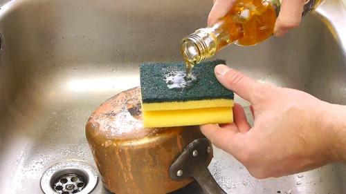 Làm sạch vết bẩn trên xoong nồi - 2