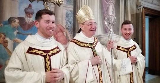 Hai anh em sinh đôi được thụ phong linh mục trong một ngày - 1