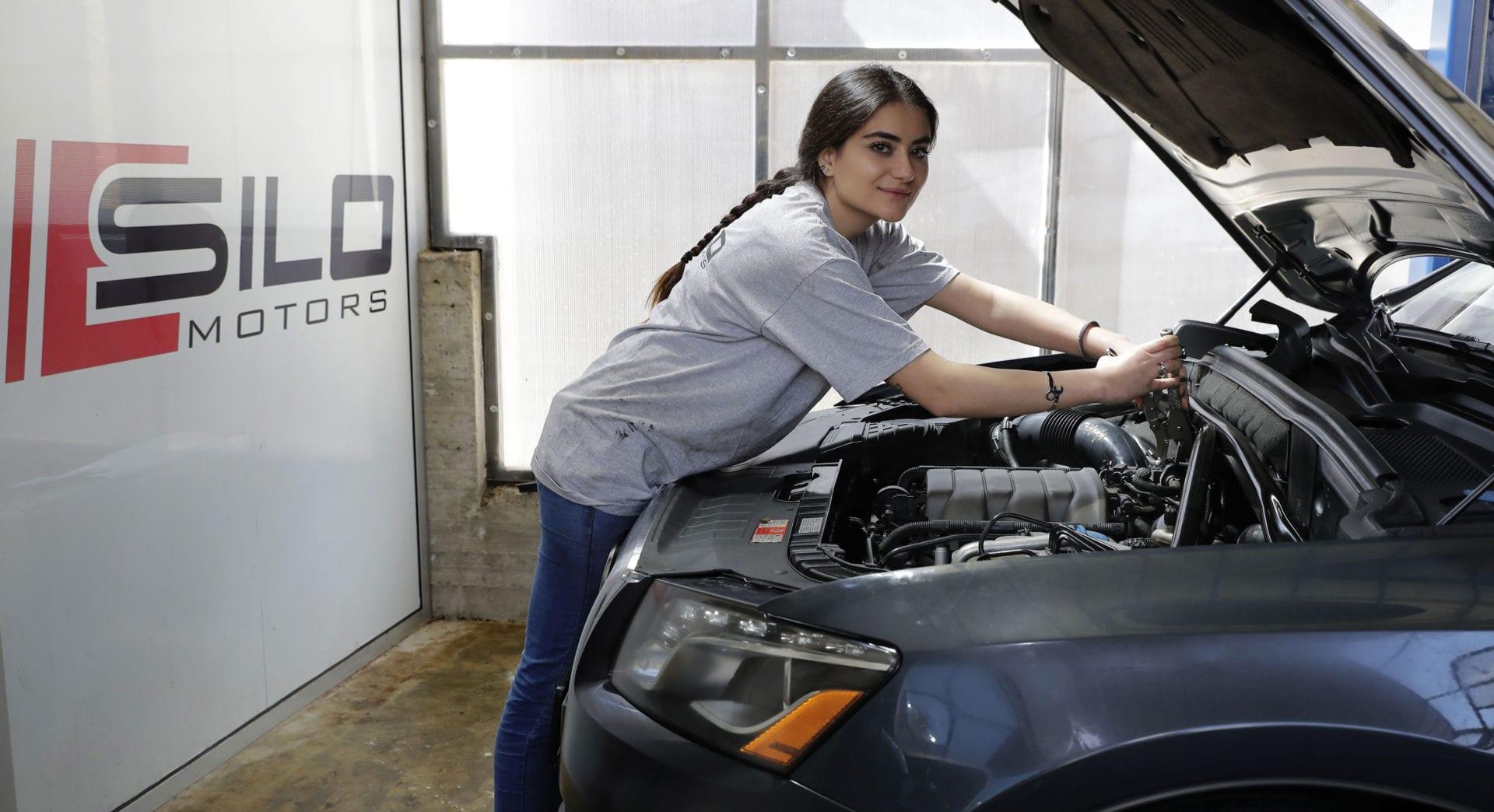 Thợ sửa xe nữ hiếm hoi, xinh đẹp gây chú ý ở đất nước Lebanon - 1