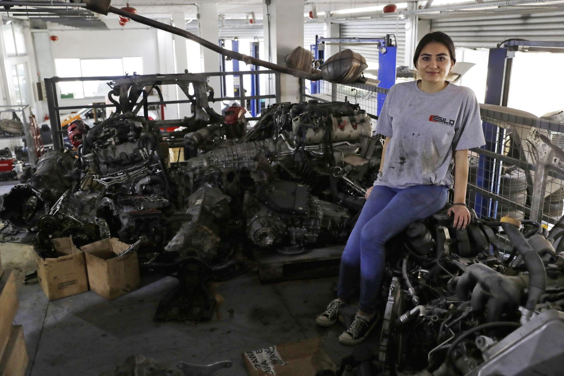 Thợ sửa xe nữ hiếm hoi, xinh đẹp gây chú ý ở đất nước Lebanon - 2