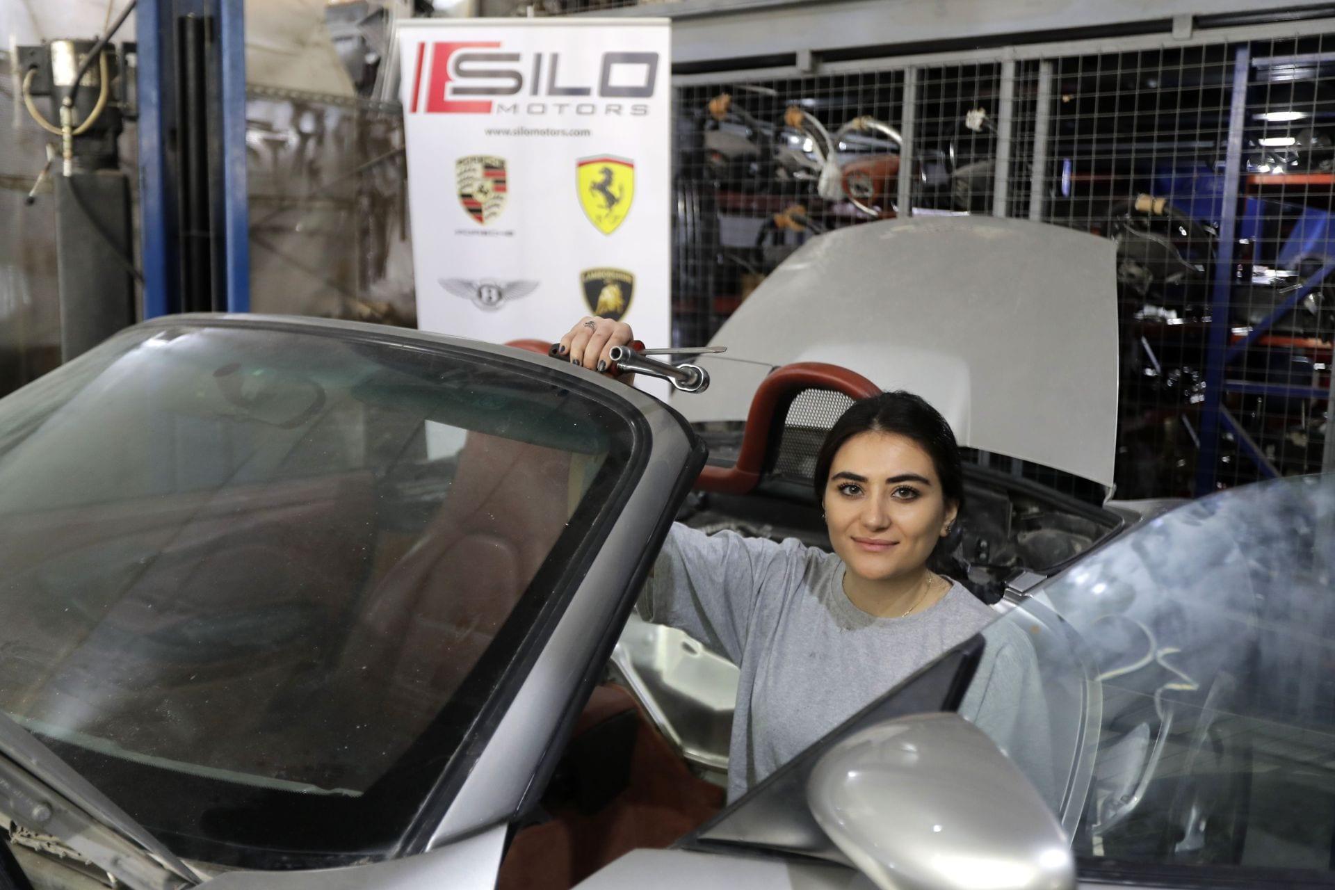 Thợ sửa xe nữ hiếm hoi, xinh đẹp gây chú ý ở đất nước Lebanon - 3