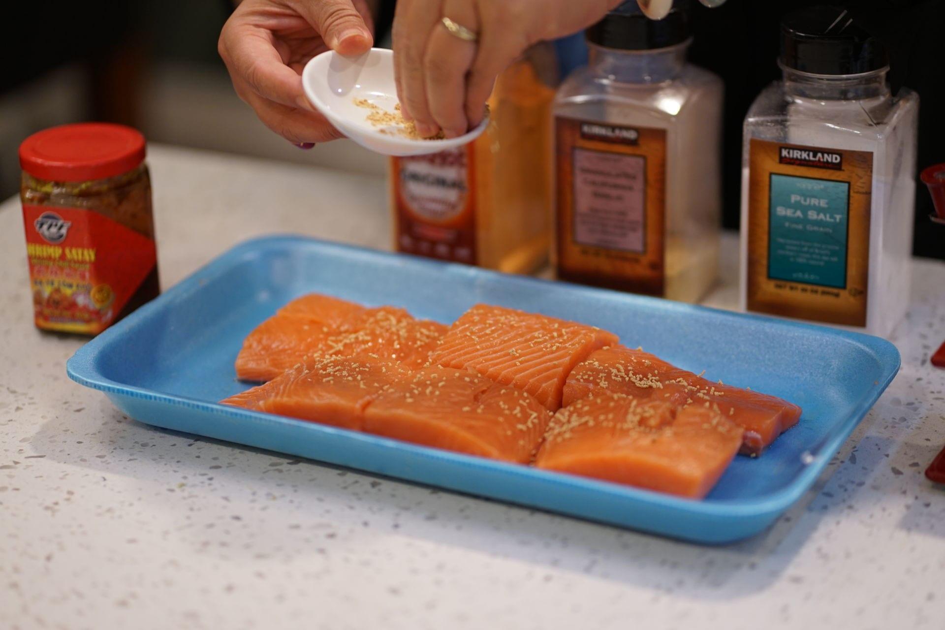 Cá hồi ướp sa tế nướng giấy bạc - 3