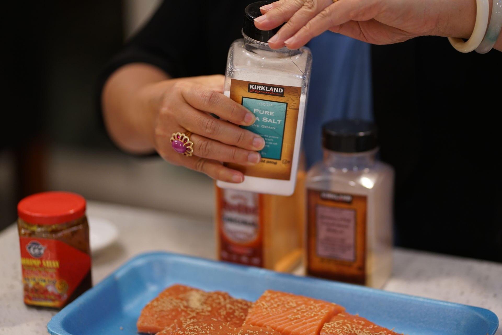 Cá hồi ướp sa tế nướng giấy bạc - 4