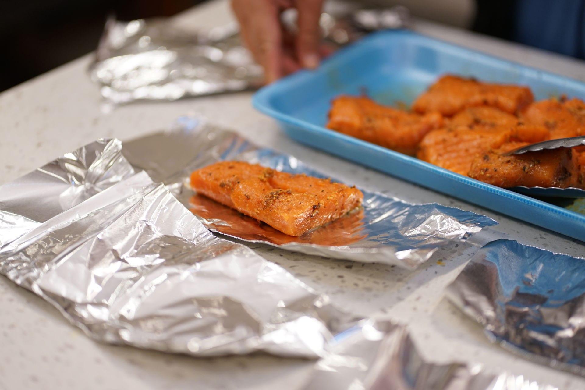Cá hồi ướp sa tế nướng giấy bạc - 9