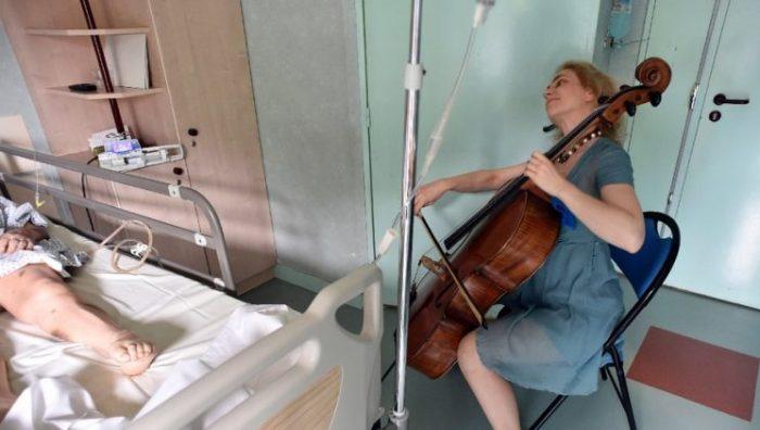 Claire Oppert, nữ nhạc sĩ viôlôngxen chăm sóc bệnh nhân bằng âm nhạc - 3