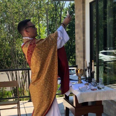 Vừa được phong chức, tân linh mục cử hành thánh lễ cho bà ngoại gần 100 tuổi! - 3