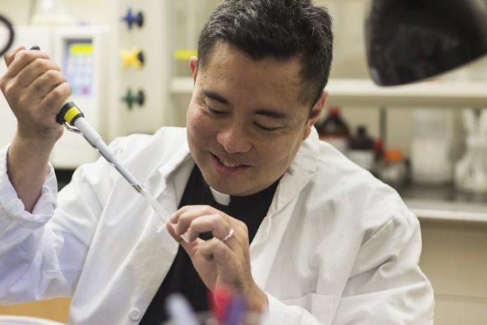 Linh mục dòng Đa Minh Austriaco tìm cách phát triển vắc-xin cho người nghèo - 1