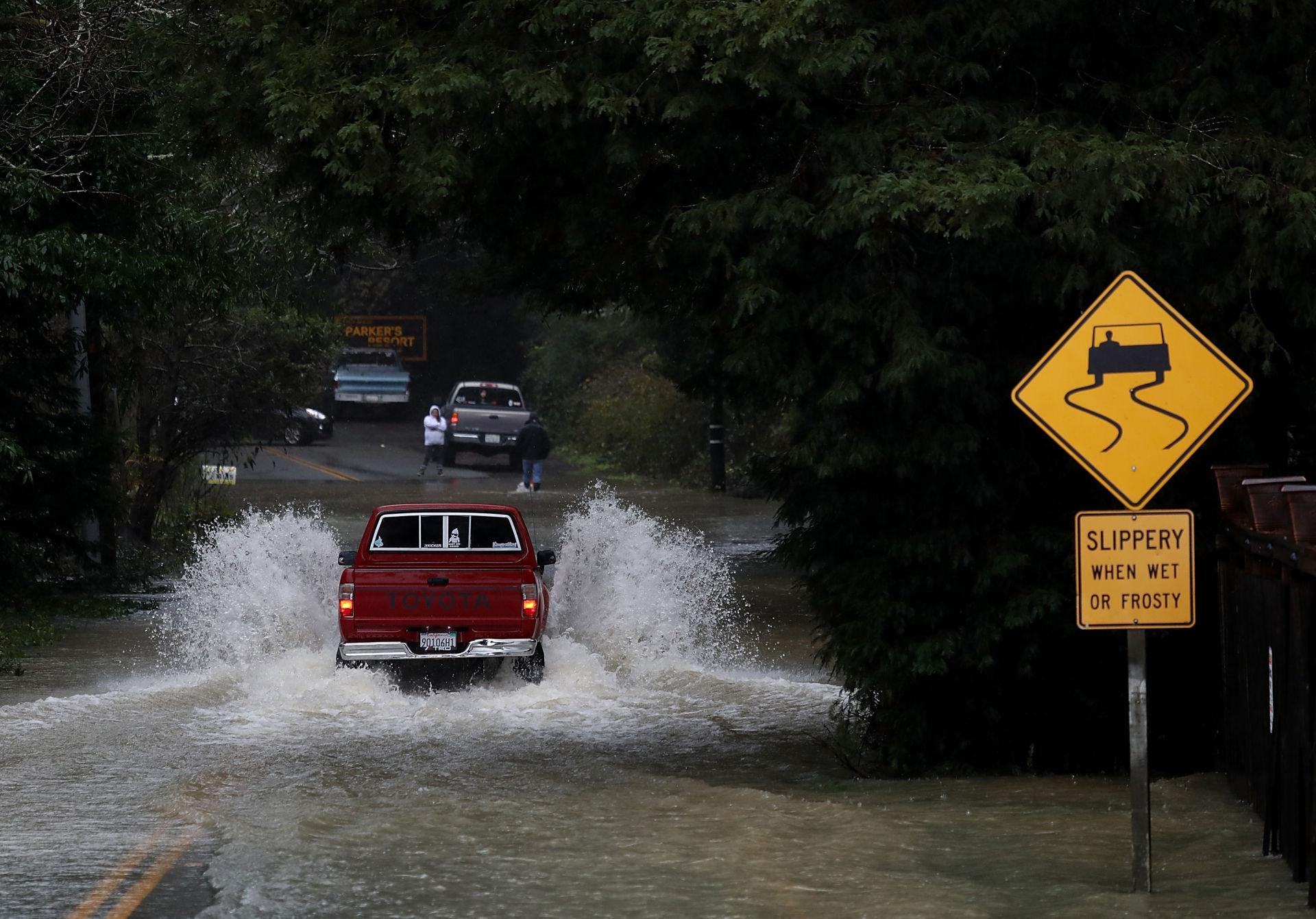 Phải làm sao khi xe bị 'trượt nước' trong cơn mưa? - 2