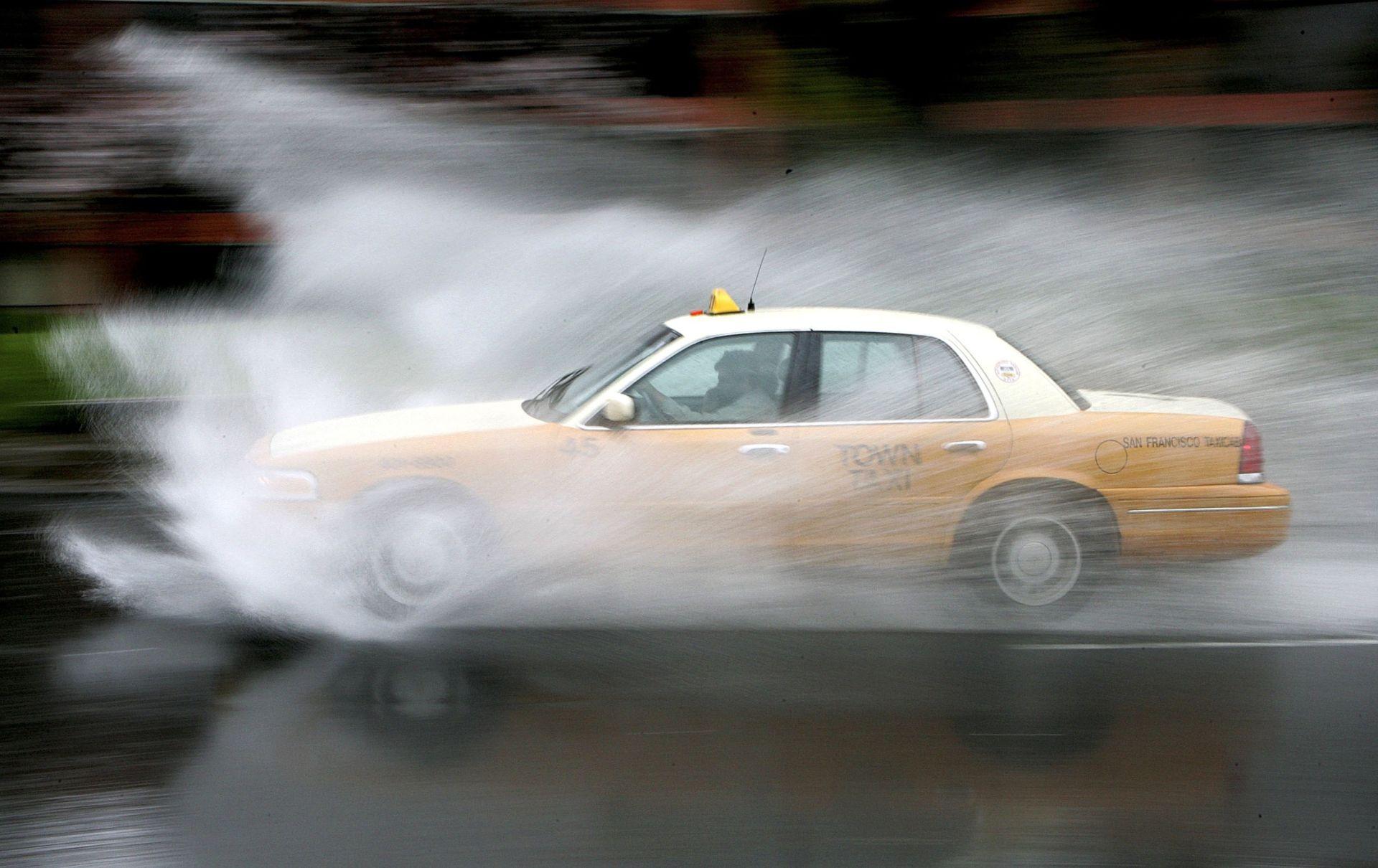 Phải làm sao khi xe bị 'trượt nước' trong cơn mưa? - 3